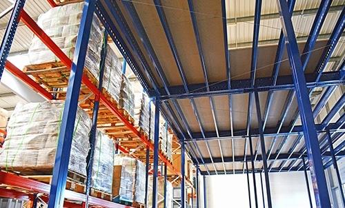 Plateforme industrielle et palettier entrepôt